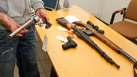 Jos löytää aseen, sitä ei saa pitää itsellään, vaan se on luovutettava poliisille.
