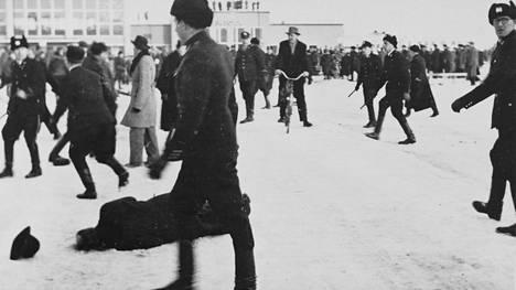 Kovaa peliä Porissa. Poliisi joutui ottamaan pamput esille ja puuttumaan lakkolaisten toimintaan linja-autoaseman edustalla maaliskuussa 1956.