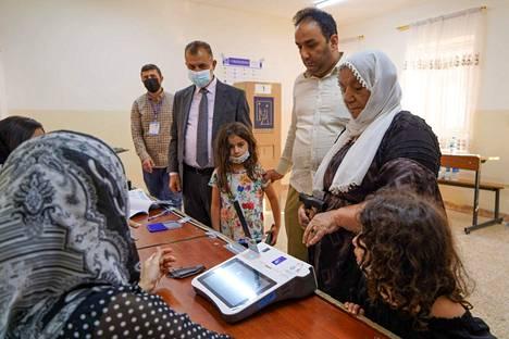 Äänestäjät rekisteröityivät äänestyspaikalla Dohukin kaupungissa 10. lokakuuta.