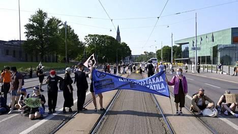 Ympäristöliike Elokapinan mielenosoittajat osoittivat mieltään Mannerheimintielle Helsingissä 20. kesäkuuta.