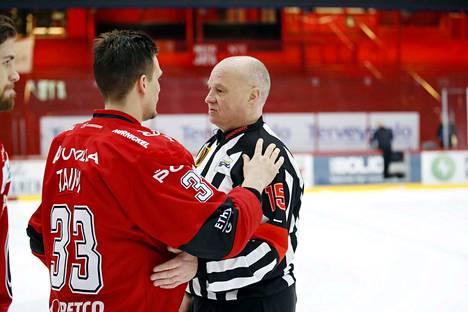 Jari Levonen hyvästeli liigakaukalot ilman katsojia. Kiitosvuorossa Ässien Tommi Taimi.