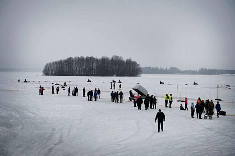 Ruohonleikkurit ovat kisanneet perinteisesti Laviassa Karhijärven jäällä, kuten vuonna 2015.