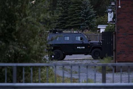 Operaatiossa oli mukana panssaroituja poliisiautoja.