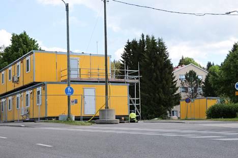 Turengin uusi koulu- ja monitoimikeskus rakennetaan nykyisen alakoulun hiekkakentälle ja se yhdistetään katetulla yhteyskäytävällä nykyiseen kirjasto-liikuntahalliin. Rakennuttajaksi valittiin YIT.