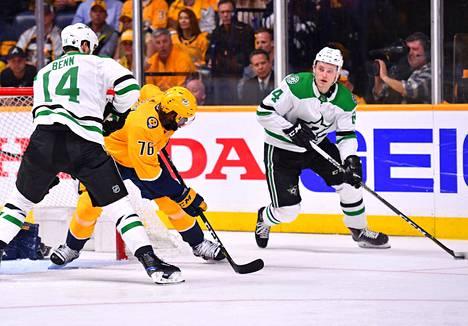 Dallasin Roope Hinz Hintz (oikealla) iski uransa ensimmäisen NHL-pudotuspelimaalin ottelun neljännellä minuutilla. Arkistokuva Dallas Starsin ja Nashville Predatorsin välisestä kamppailusta 10. huhtikuuta.