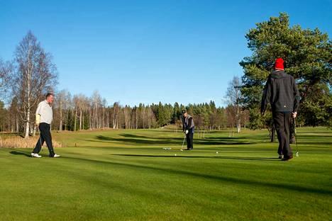 Golffaajat pelasivat Ruotulan kentällä poikkeuksellisen lämpimässä marraskuussa 2015.