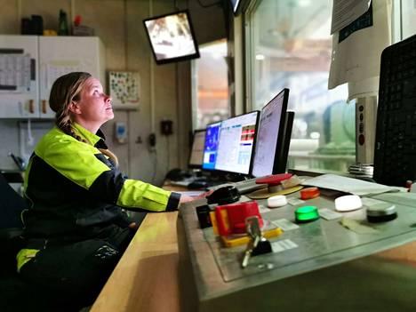 Jenni Karhu ohjaa superkalanteri-konetta valvomosta käsin.
