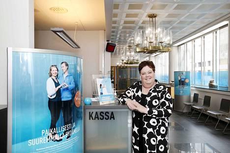 Päivi Pessi-Järvenpää toimii Aito Säästöpankin Porin paikallisjohtajana. Korona on näkynyt myös pankkisalissa. Yhä useampi asiakas on siirtynyt käyttämään pankin mobiilipalveluita.