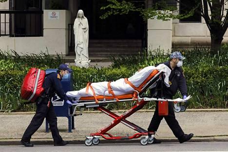 Koronaviruspotilasta kuljetettiin hoitoon lauantaina New Yorkissa.