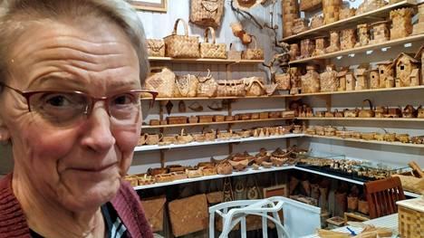 Häijääläinen Maija Nurminen on palkittu tuohitöiden taitaja, joka täyttää 70 vuotta.