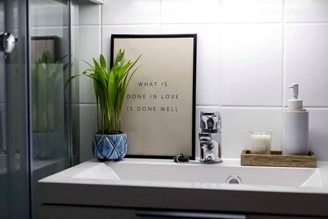 Maalatut kaakelit raikastivat kylpyhuoneen ilmeen.