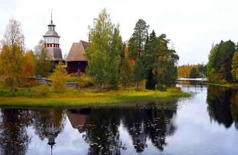 Petäjäveden vanha kirkko  syysasussaan.