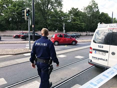 Poliisi liikkui heinäkuussa Kampissa ampumispaikan läheisyydessä.