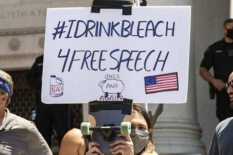 Mielenosoittaja Los Angelesissa kertoi juovansa sananvapauden puolesta valkaisuainetta. Presidentti Donald Trump ehdotti huhtikuussa koronalääkkeeksi desinfiointiainetta.