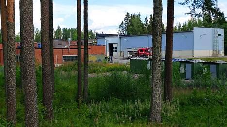 Pelastajat työskentelivät Millog oy:n teollisuusrakennuksen katolla Juupajoella tiistaina aamupäivällä.