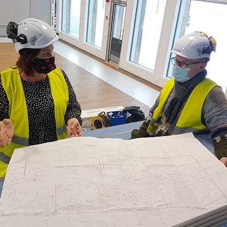 Tiina Löytömäki ja Reima Viitala ovat tyytyväisiä, että saattoivat vaikuttaa koulurakennuksen ratkaisuihin vielä rakentamisvaiheen aikanakin. Lopputulos on heistä hyvä.