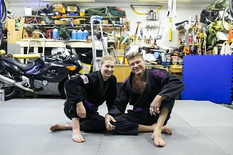 20 neliötä omaa tatamia autotallissa palautti Sara ja Aki Lehdon arkirutiinit pandemiaa edeltäneeseen tilaan. Taustalla näkyy Aki Lehdon Suzuki Katana -moottoripyörä, joka sai jäädä talliin, kun liki kaikki muu kannettiin ulos.