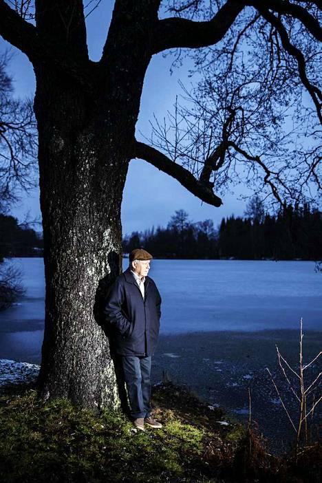 Aulis Aarnio Ukkijärven rannalla Kangasalla. Järvi liittyy oleellisesti romaaniin Väsynyt vaeltaja.