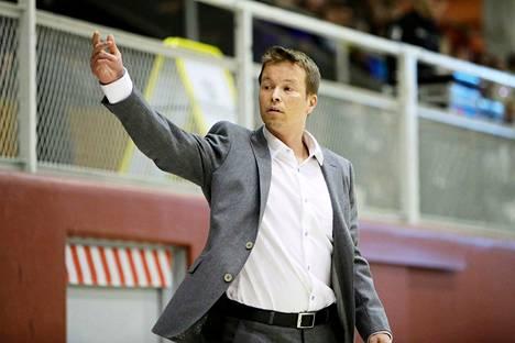 Pieti Poikola valmensi kaudella 2016–17 Kouvolan Kouvoja.