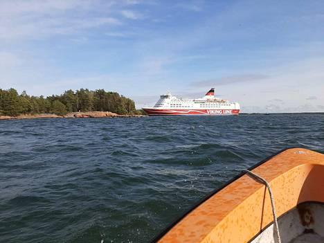 Laivalla oli yli 40 raskasta ajoneuvoa. Maksu ei koske henkilöautoja.
