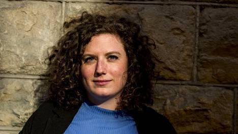 Sofia Rönnow Pessah alkoi kirjoittaa lyhyitä havaintoja ympäristöstään, kun hän opiskeli lakia. Viimein niiden ympärille kehkeytyi romaani naisesta, jonka elämää seksi määrittelee.