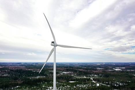 Tekstarin lähettäjä ihmettelee, miksi tuulivoimaloiden osat ja asentajat tulevat muualta kuin Suomesta.
