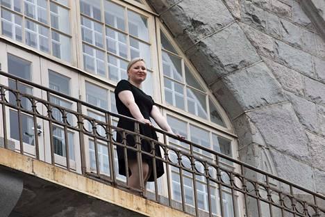 Tietokirjailija Saana-Maria Jokinen seisoo parvekkeella, johon osui sisällissodassa pommi. Sittemmin arkkitehti Wivi Lönnin suunnitteleman paloaseman parveke on entisöity. Lisätietoja tapahtumasta löytyy rakennuksen alakerrassa sijaitsevasta palomuseosta.