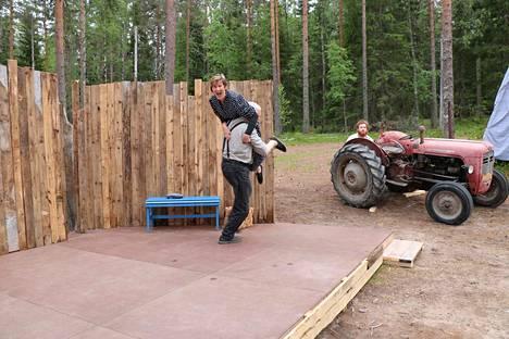 Nyt sitä Emmaa viedään! Nimihenkilöä näyttelee Pirkko Taskila, ja hänen miestään Paavalia Esko Veijalainen. Kylän taiteilijana kuikuilee Johannes Rajala.