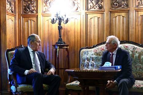 Venäjän ulkoministeri Sergei Lavrov (vas.) ja EU:n korkea edustaja Josep Borrell keskustelivat pitkään Moskovassa perjantaina. Samaan aikaan Venäjä karkotti muun muassa Ruotsin diplomaatin maasta.