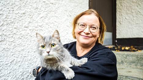 Tutkija Outi Penninkangas asuu Valkeakoskella puolisonsa ja kahden kissan kanssa. Niistä kuvassa on Aatu.
