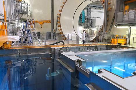 Tähän Olkiluoto 3:n reaktorialtaaseen pitäisi ladata ydinpolttoaine, kun viranomainen myöntää siihen luvan. Vuonna 2005 aloitetusta rakennushankkeesta tulisi samalla ydinlaitos. Kuva viime heinäkuulta.
