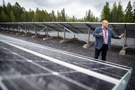 """Toimitusjohtaja Seppo Ihalainen esitteli viime vuonna aurinkovoimalaa, jonka Ficolo Oy rakennutti Harjunpään """"The Rock"""" -nimisen konesaliluolastonsa yhteyteen. Voimala auttaa esimerkiksi konesalin jäähdytyksessä kesällä."""