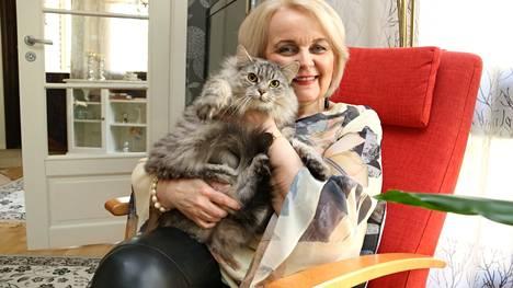 Suuri osa Heidi Salon lapsista on jo muuttanut pois kotoa, mutta Klaara-kissa on uskollisesti pehmoisena seurana.