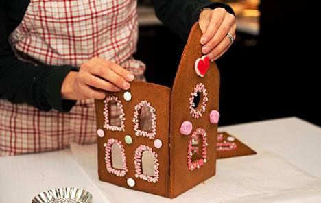 Piparkakkutalossa asuu joulu. Kuvituskuva.
