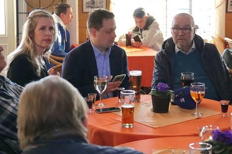 Vilhelm Junnila (keskellä) halusi viettää tuloslaskennan ensimmäiset hetket ystäviensä keskuudessa Naantalissa, ennen kuin siirtyi perussuomalaisten vaalivalvojaisiin Turkuun.