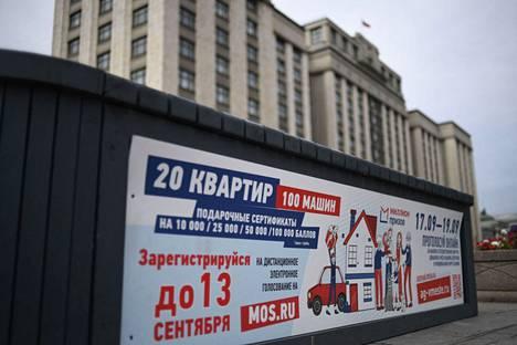 Tulevista vaaleista kertova kyltti Moskovassa.