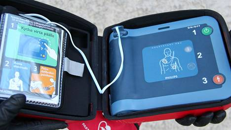 Defibrillaattori on laite, jolla sydänpysähdystilanteessa pyritään poistamaan sydämen pysäyttänyt haitallinen rytmihäiriö antamalla elvytettävälle hoitava tasavirtasähköisku.