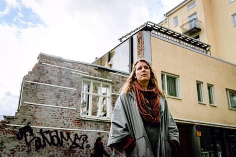 Virve Rissanen on yksi pitkittyneestä koronasta kärsivistä suomalaisista. Väsymyksen ja palelun ohella hän on kärsinyt muun muassa kylkikivusta, sykkivästä kivusta solisluun alla, kihelmöinnistä päänahassa, kasvoissa ja keuhkoissa. Lähes aina joku imusolmukkeista on kipeä.