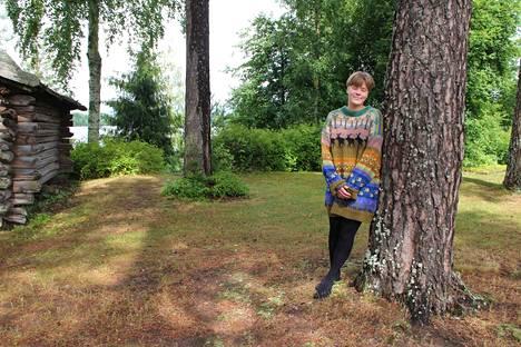 Emil Cedercreutzin museon kesäoppaan sadepäivän työasuun kuuluu mummon isoisää varten neuloma ylisuuri villapaita.