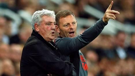 Manageri Steve Bruce (vas.) ja apuvalmentaja Graeme Jones seurasivat Newcastlen ja Tottenhamin välistä ottelua viime viikonloppuna.