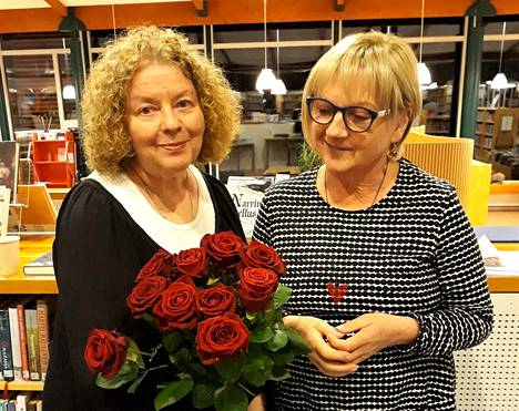 Vanha ja uusi. Väistyvä puheenjohtaja Orvokki Vääriskoski sai seuralta muhkean ruusukimpun, jota uusi puheenjohtaja Maire Riikonen ihailee.