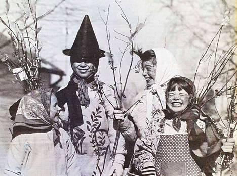 Valkeakoskelaiset trullit Omppu, Pia, Laura ja Riikka vakuuttivat pitkänperjantain lehdessä vuonna 1990, että pääsiäisnoitia ei tarvitse pelätä.