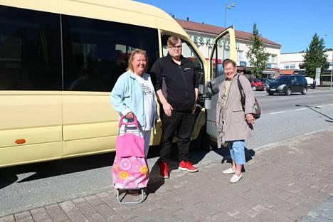 Jokatorstaiset asiointivuorot käynnistyivät 2. heinäkuuta. Elina Manninen ja Leena Manninen olivat tyytyväisiä palveluun. Kuskina Juho Ranta.
