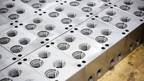 Esimerkiksi metallialan yrityksissä olisi Pirkanmaalla töitä. Aihekuva, jossa valokuvattuna hydrauliikkakomponentteja.