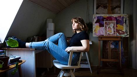 """Tyttöjä kehotetaan usein """"hymyilemään vähän enemmän"""". Riina Tanskasen teoksissa tytöt saavat näyttää luvan kanssa tympeiltä ja jopa voimaantua siitä."""