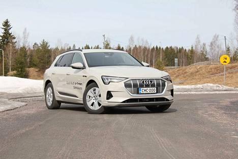 Audilla on neljä erilaista alustarakennetta sähköautoilleen. E-tronissa on on modulaarinen, pitkittäismoottoreille tarkoitettu alustarakenne. Nestejäähdytteinen litiumioniakku on auton pohjassa, sähkömoottoreista toinen on etuakselilla ja toinen taka-akselilla.