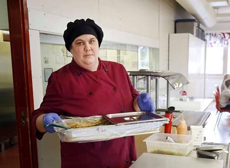 Tässä on lähes kolmensadan oppilaan Toejoen koulun päivän lounas. Emäntä Johanna Pommelinin tarjoamaa makaronilaatikkoa syö nyt harva.