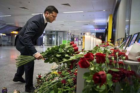 Myös Ukrainan presidentti Volodymyr Zelenskyi laski kukkia lentäjien kuvien edustalle Kiovan lentoasemalla torstaina.