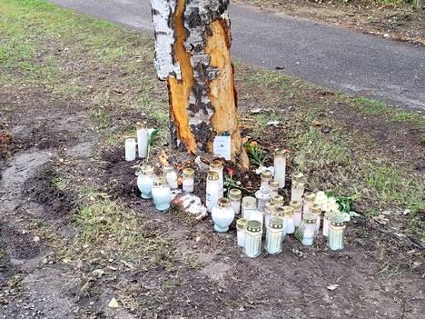 Multialla sattui sunnuntaina varhain aamulla onnettomuus, joka johti yhden henkilön kuolemaan. Onnettomuuspaikalle oli tuotu kynttilöitä sunnuntaina iltapäivällä.
