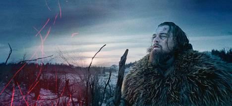 Leonardo DiCaprio esittää The Revenantissa karhun haavoittamaa turkismetsästäjää, jonka omat toverit hylkäävät erämaahan. Selviytyäkseen hänen on kuljettava läpi ankaran talven periksiantamatta.